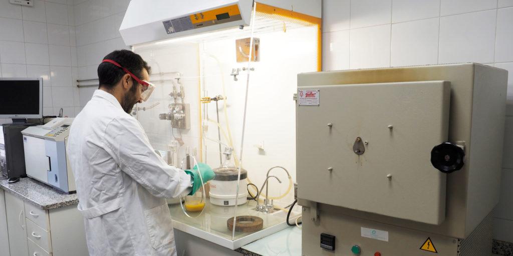 Investigador determinando si se encuentra ante un producto o un residuo
